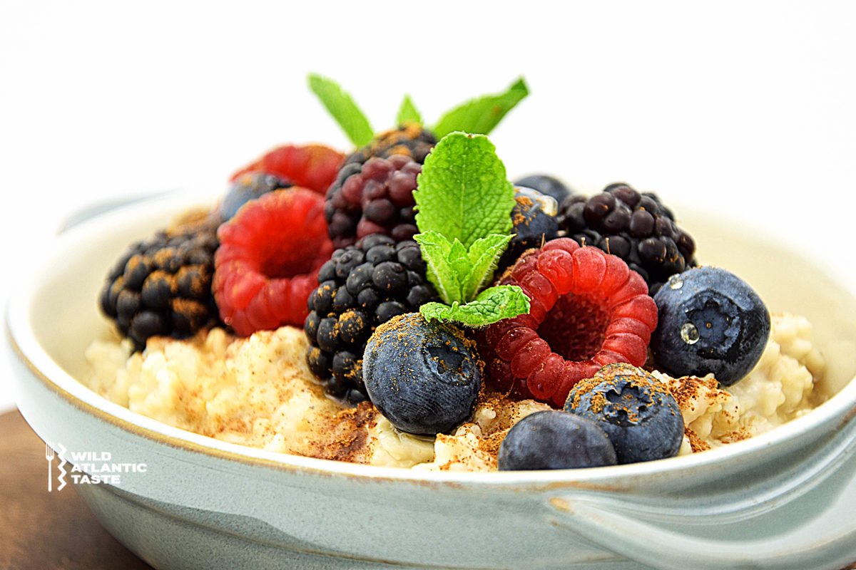 Porridge with cinnamon, honey and berries